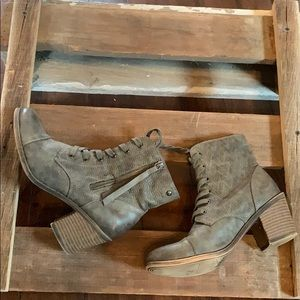 Roxy size 9.5 3 inch lace up boot